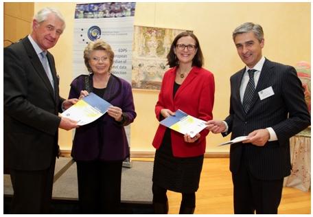 Von links nach rechts: Peter Hustinx, EDSB, Viviane Reding, Vize-Präsidentin der Europäischen Kommission, Cecilia Malmström, Mitglied der Europäischen Kommission für Inneres zuständig, Giovanni Buttarelli, Stellvertretender EDSB. 22 Januar 2013. © EC