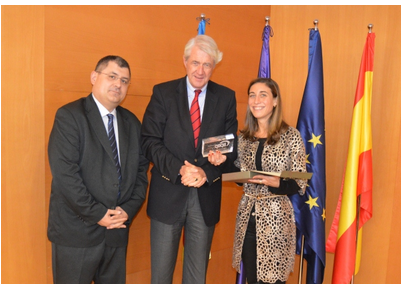 Peter Hustinx (centre) with Cecilia Álvarez Rigaudias (right) and Ricard Martinez Martinez (left) of the Asociación Professional  Española de Privacidad (APEP)
